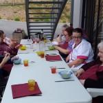 Repas sur la terrasse extérieure